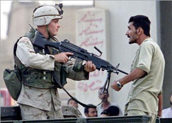 Soldado yanqui amenaza a ciudadano iraqí